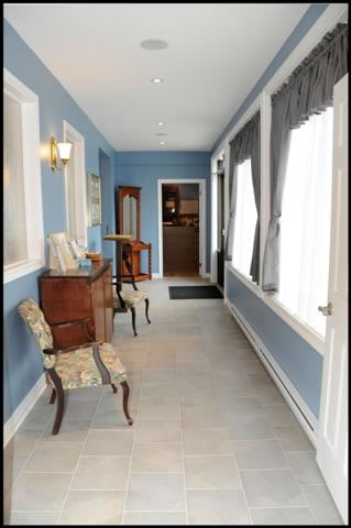 chandlersfuneralhome-seatingarea-foyer-view